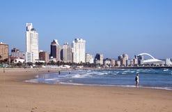 反对城市地平线的南海滩在德班 库存图片