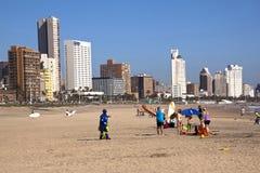 反对城市地平线的Addington海滩在德班,南非 免版税库存照片