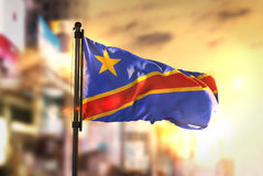 反对城市被弄脏的Backg的刚果民主共和国旗子 库存照片