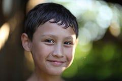 反对夏天backgriund的一个男孩 免版税库存图片