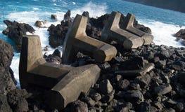 反对夏威夷海洋的波浪破碎机 免版税库存图片