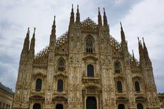 反对多云天空意大利的米兰主教座堂门面 库存图片
