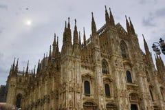 反对多云天空意大利的米兰主教座堂门面 免版税图库摄影