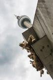 反对多云天空的加拿大国家电视塔在多伦多,加拿大 免版税图库摄影