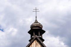 反对多云天空的十字架 免版税库存照片