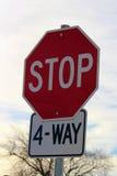 反对多云天空的四种方式的停车牌 免版税库存照片