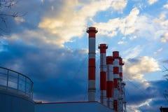 反对多云天空的工业管子 库存图片