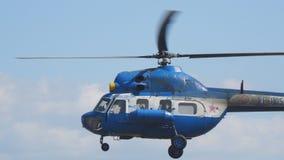 反对多云天空的民用直升机飞行 股票录像