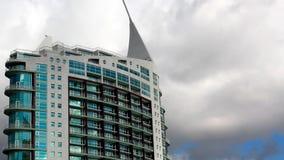 反对多云天空的现代大厦 免版税图库摄影