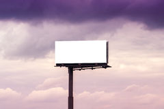 反对多云天空的空白的室外Advertsing广告牌 库存图片