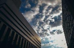 反对多云天空的约翰内斯堡大厦 库存照片