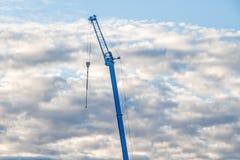 反对多云天空的起重机` s胳膊 免版税库存图片