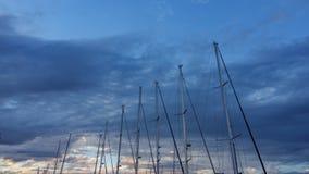 反对多云天空的风船帆柱 库存图片