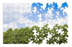反对多云天空-在难题形状的概念图象的绿色树 免版税图库摄影