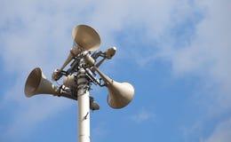 反对多云蓝天的许多扩音器 免版税库存图片