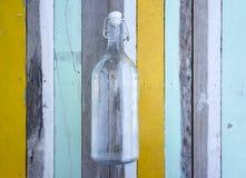 反对多的空的玻璃瓶色木的 图库摄影