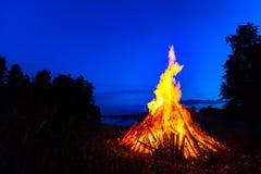 反对夜空的大篝火 免版税图库摄影