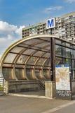 反对大厦的地铁标志在布加勒斯特,罗马尼亚 库存照片