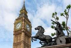 反对大本钟尖沙咀钟楼,伦敦,英国的Boadicea雕象 库存图片