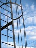 反对天空和云彩的金属建筑 免版税库存照片