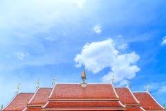 反对天空的一个金黄和橙色泰国教会屋顶 库存照片