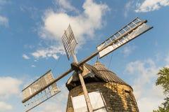 反对天空的一台老风车 图库摄影