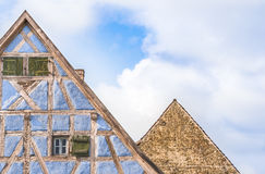 反对天空的两个德国房子屋顶 免版税库存图片