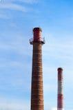 反对天空的两个锅炉管子 免版税库存照片