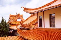 反对天空的中国传统屋顶 免版税图库摄影