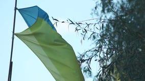 反对天空的乌克兰国旗 影视素材