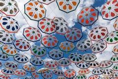 反对天空的五颜六色的伞 库存图片
