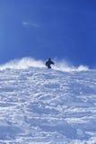 反对天空的人滑雪 免版税库存照片