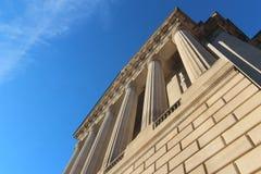 反对天空的古典建筑 免版税图库摄影