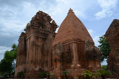 反对天空的古老佛教寺庙在越南 免版税图库摄影