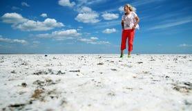 反对天空的妇女 免版税图库摄影