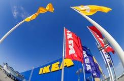 反对天空的宜家旗子在宜家翼果商店 免版税库存图片