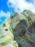 反对天空的岩石堆 库存图片