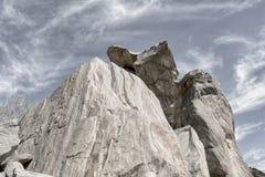 反对天空的岩石山腰 免版税库存照片