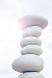 反对天空的平衡的石头 图库摄影