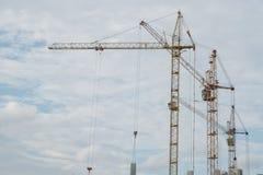 反对天空的建筑用起重机,新的高层建筑物 库存照片