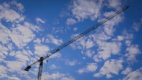 反对天空的建筑用起重机 免版税库存图片