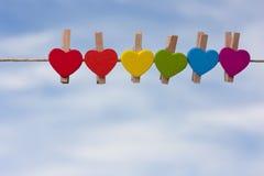 反对天空的彩虹心脏 免版税库存图片