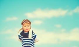 反对天空的愉快的儿童飞行员飞行员 库存照片