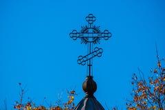 反对天空的教会十字架 库存照片