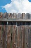 反对天空的木篱芭 免版税库存图片