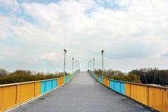 反对天空的步行桥 免版税库存照片
