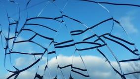 反对天空的残破的玻璃 残破的视窗 库存图片