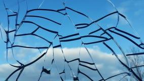 反对天空的残破的玻璃 残破的视窗 免版税图库摄影