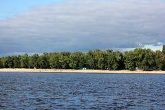 反对天空的河在城市 免版税库存图片