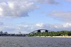 反对天空的河在城市 库存照片